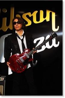 松本さん、ギブソンから次世代ギターを世界初贈呈